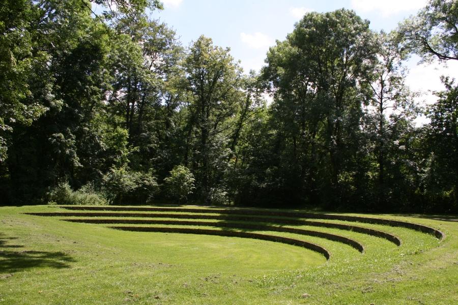 English_garden_amphitheatre